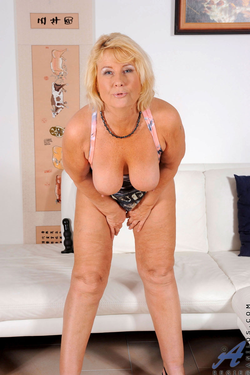 anilos regie loves to drill her mature pussy with sex toys - sex oasis