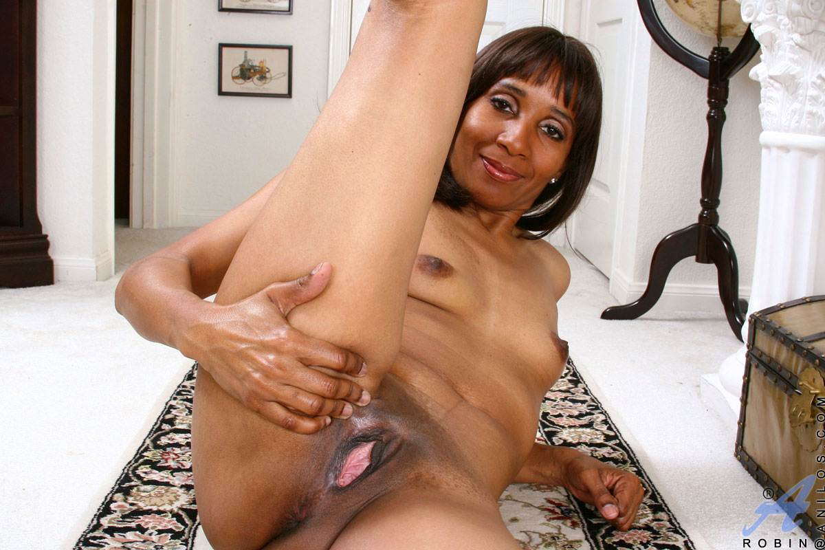 anilos cougar robin shows off her gaping fuck hole - sex oasis