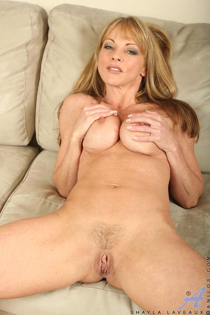 hot momma shayla laveaux spreads her legs wide open to flaunt her